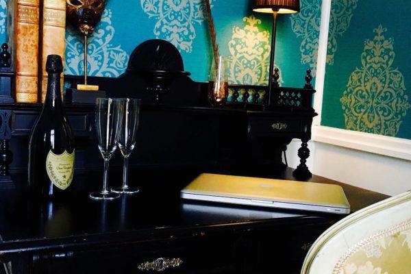 vacker_skrivbord_i_ett_av_vara_dubbelrum